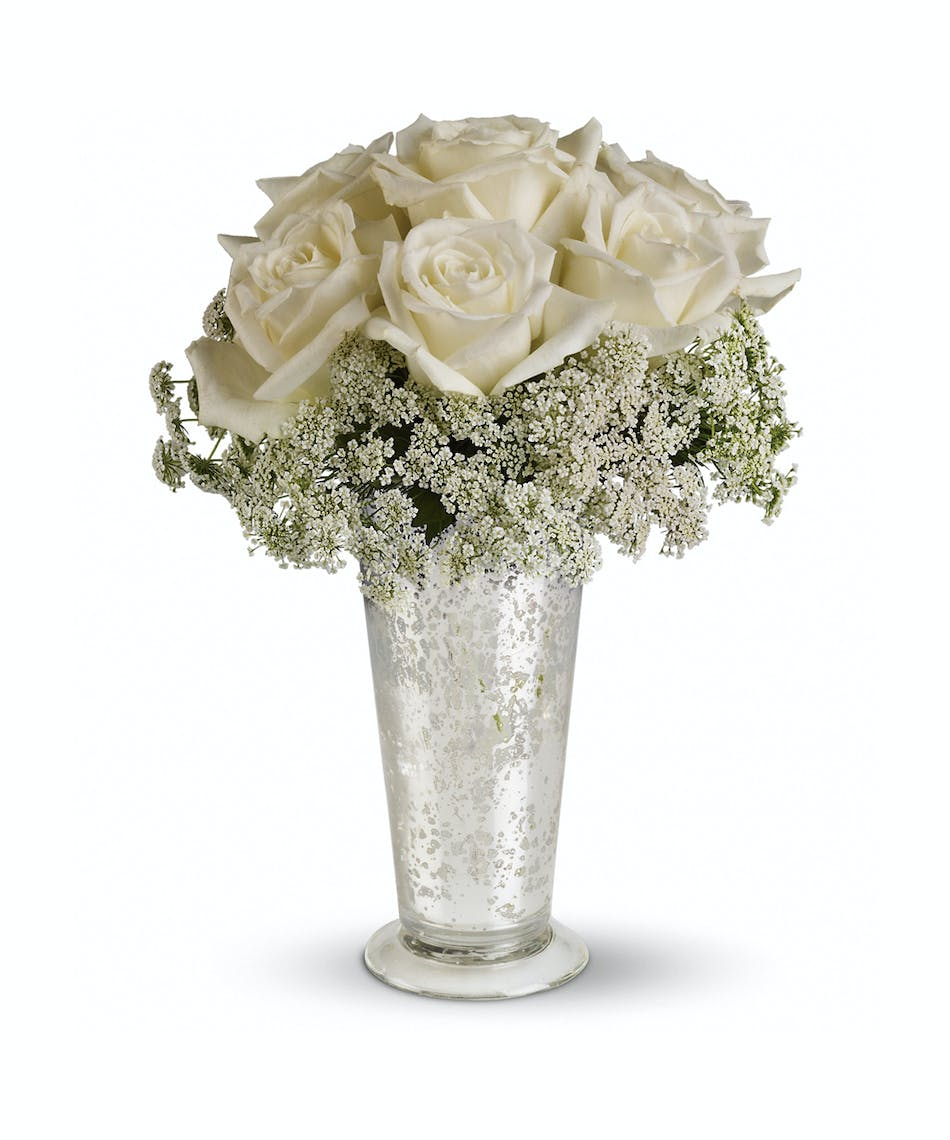 White Lace Centerpiece: Queen Anne\'s lace forms a delicate collar ...